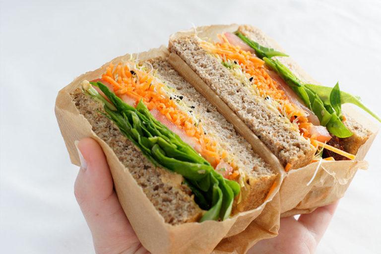 Broodje hummus en kiemen, vegetarisch broodbeleg