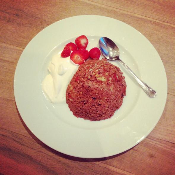 choco mug cake met aardbeien en yoghurt