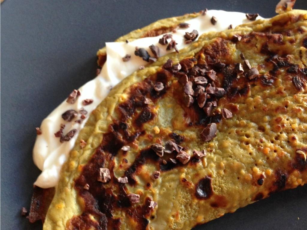 Omelet gemaakt van superfood bijenpollen, honing met kwark en cacao nibs als topping.