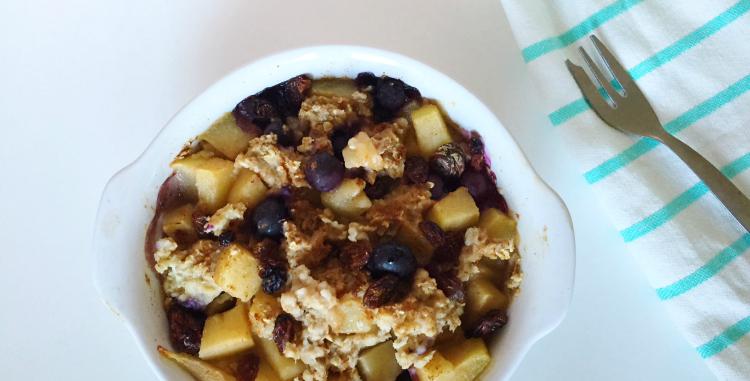 oven baked oats met peer en blauwe bessen