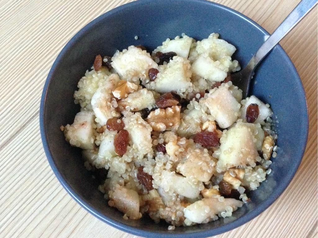 Quinoa met peer als gezond ontbijt