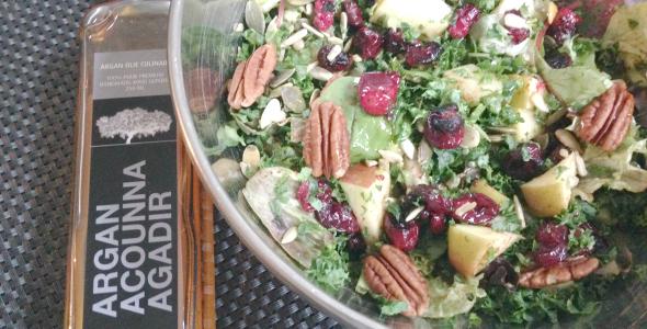 Salade boerenkool met appel en culinaire arganolie, cranberry's en walnoten