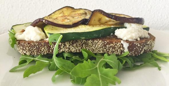 sandwich met gegrilde groenten met geitenkaas
