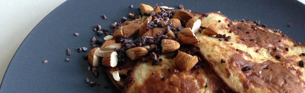 Banaan pannenkoek met toppings als gezond ontbijt